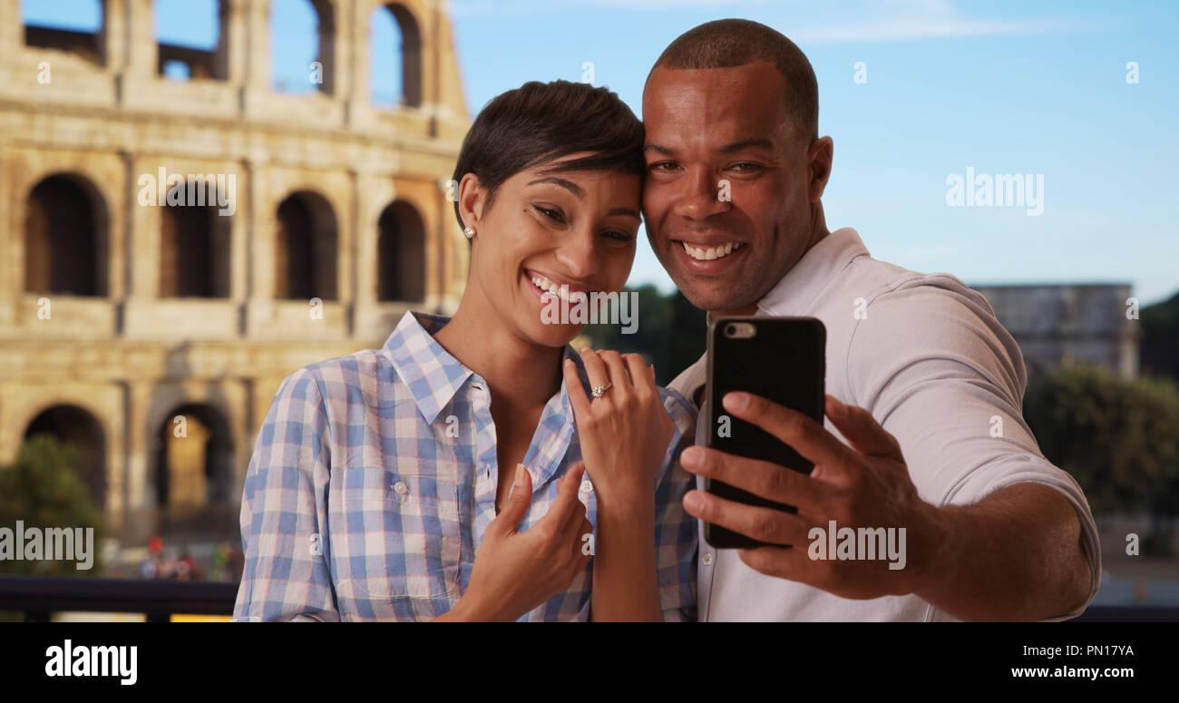 Maschio africane a Roma prendendo selfies con la fidanzata con il suo nuovo anello di nozze Immagini Stock