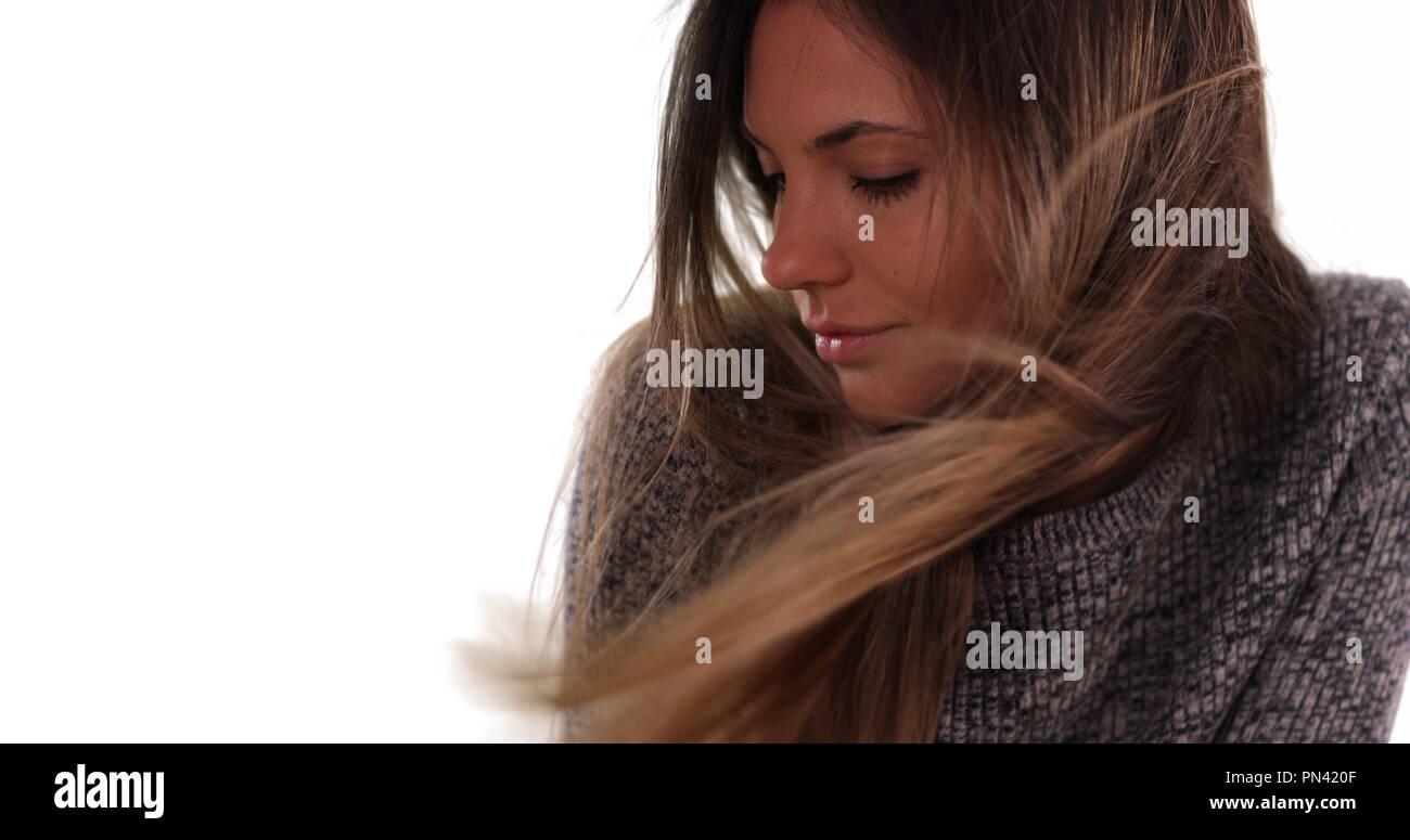 Bella donna con capelli lunghi marrone al vento su sfondo bianco Immagini  Stock 3fef04ac1673