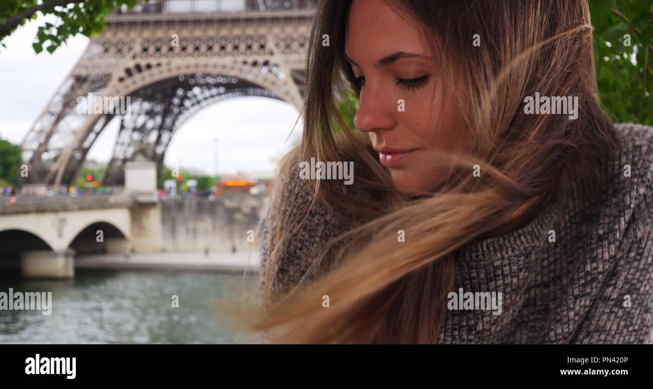 Bella donna con capelli lunghi marrone al vento fuori dalla Torre Eiffel  Immagini Stock 48d7eee65b50