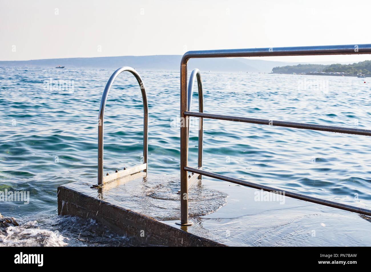 Lungomare Adriatico e un arrugginito e scivolosa scala con soggiorno ...