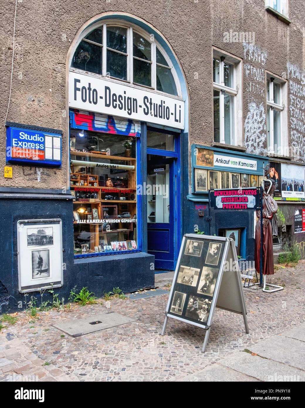 Berlino, Prenzlauerberg. Foto Design Studio Hartmut Li, vetrina del negozio fotografico con le vecchie foto e vintage di seconda mano telecamere Immagini Stock