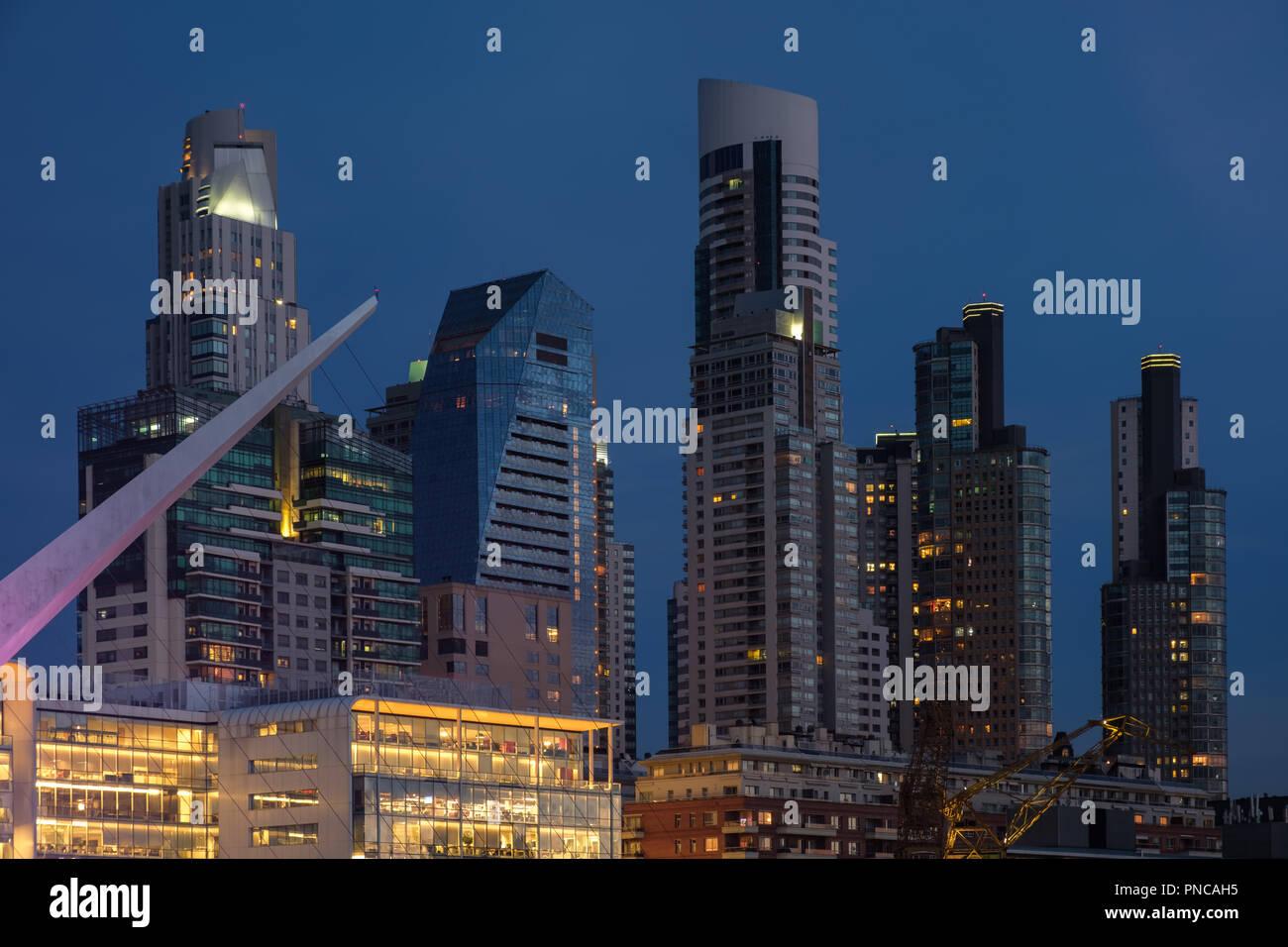 Buenos Aires architettura moderna skyline serrati a colpo ora blu in Argentina Immagini Stock