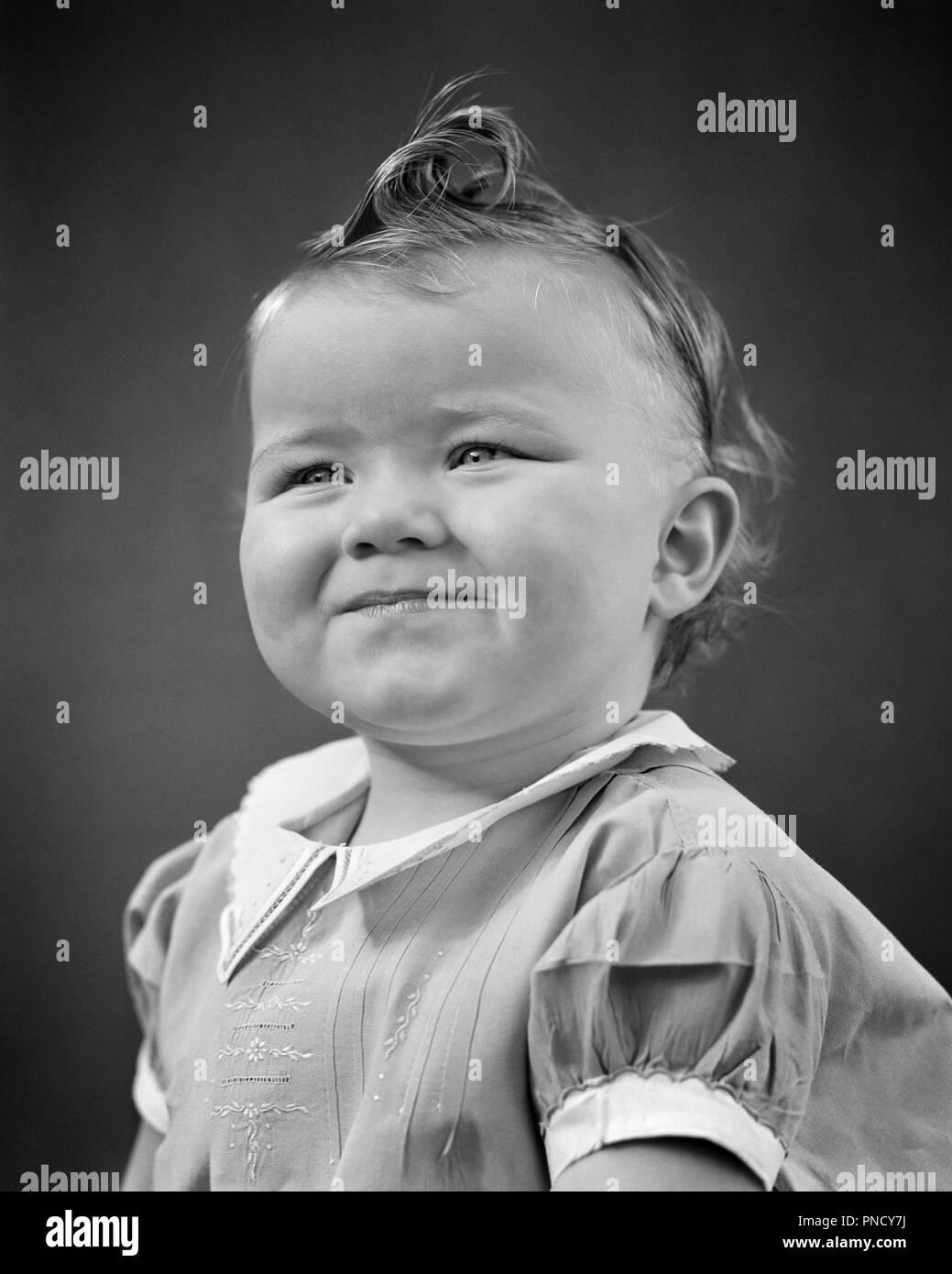 1940s ritratto bambina sorridente occhi squinty ricciolo sulla sommità della testa collare BIANCO E IL BRACCIALE DRESS - b17992 HAR001 HARS IN BIANCO E NERO di etnia caucasica HAR001 in vecchio stile Immagini Stock