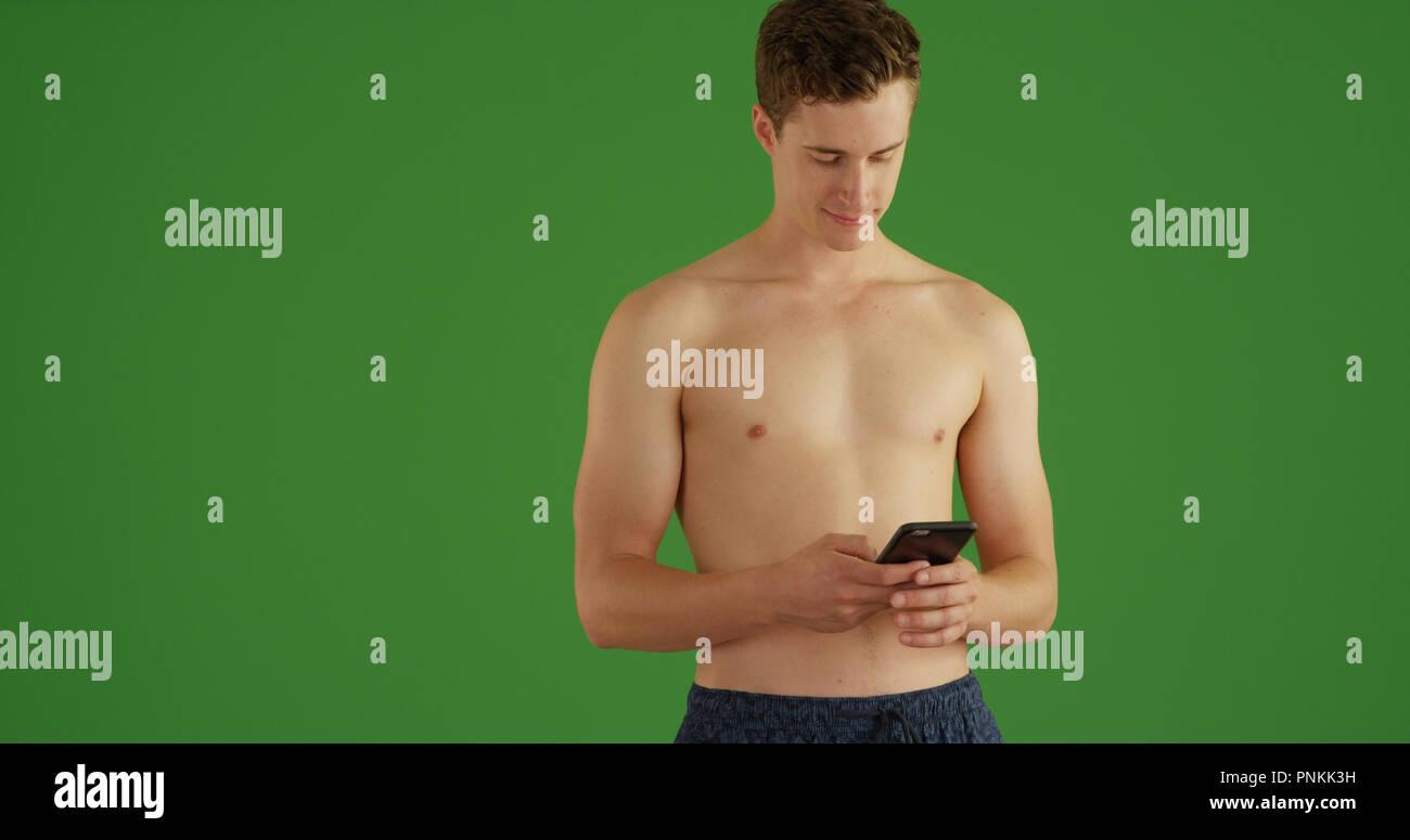 Costumi Da Bagno Bianco Uomo : Bello montare l uomo bianco in costume da bagno texting sul