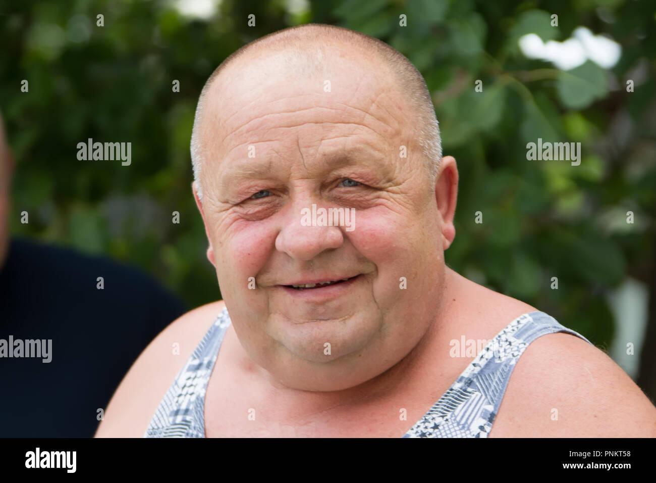 La Bielorussia, Gomel, 14 giugno 2018. Il villaggio Zyabrovka. Vacanze sulla strada. Ritratto di un Russo anziano uomo. Il normale uomo anziano Immagini Stock