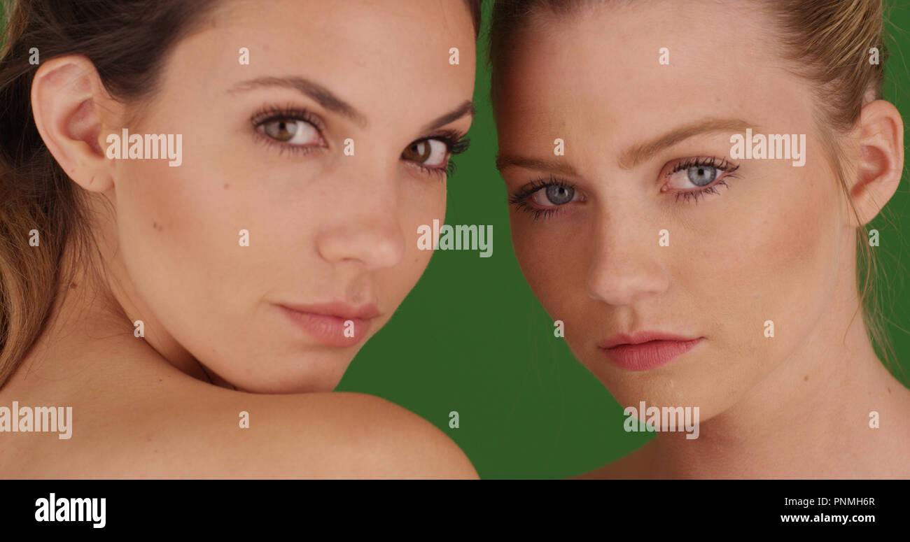 Close-up di due femmina bianco modelli guardando la fotocamera su schermo  verde Immagini Stock 789b3fcc5c28