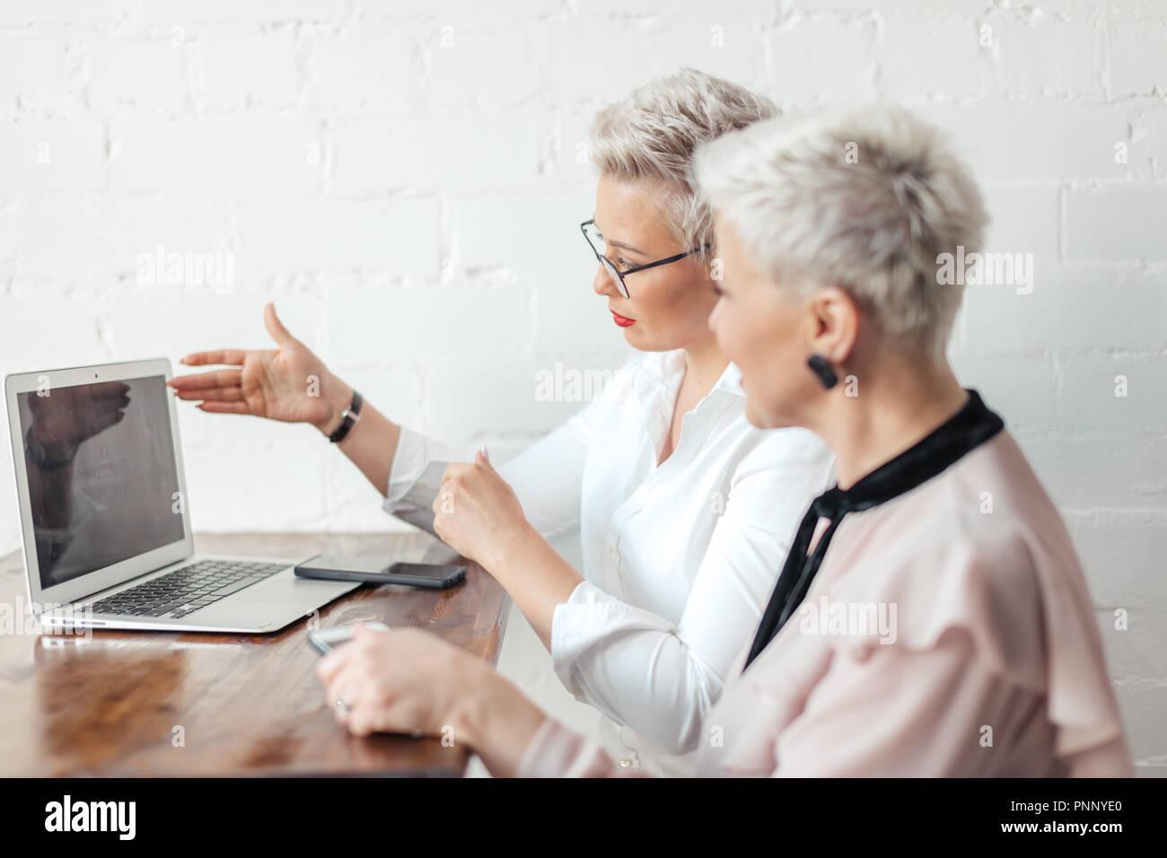 Lavoratore mostra presentazione per il suo boss femmina o client Immagini Stock