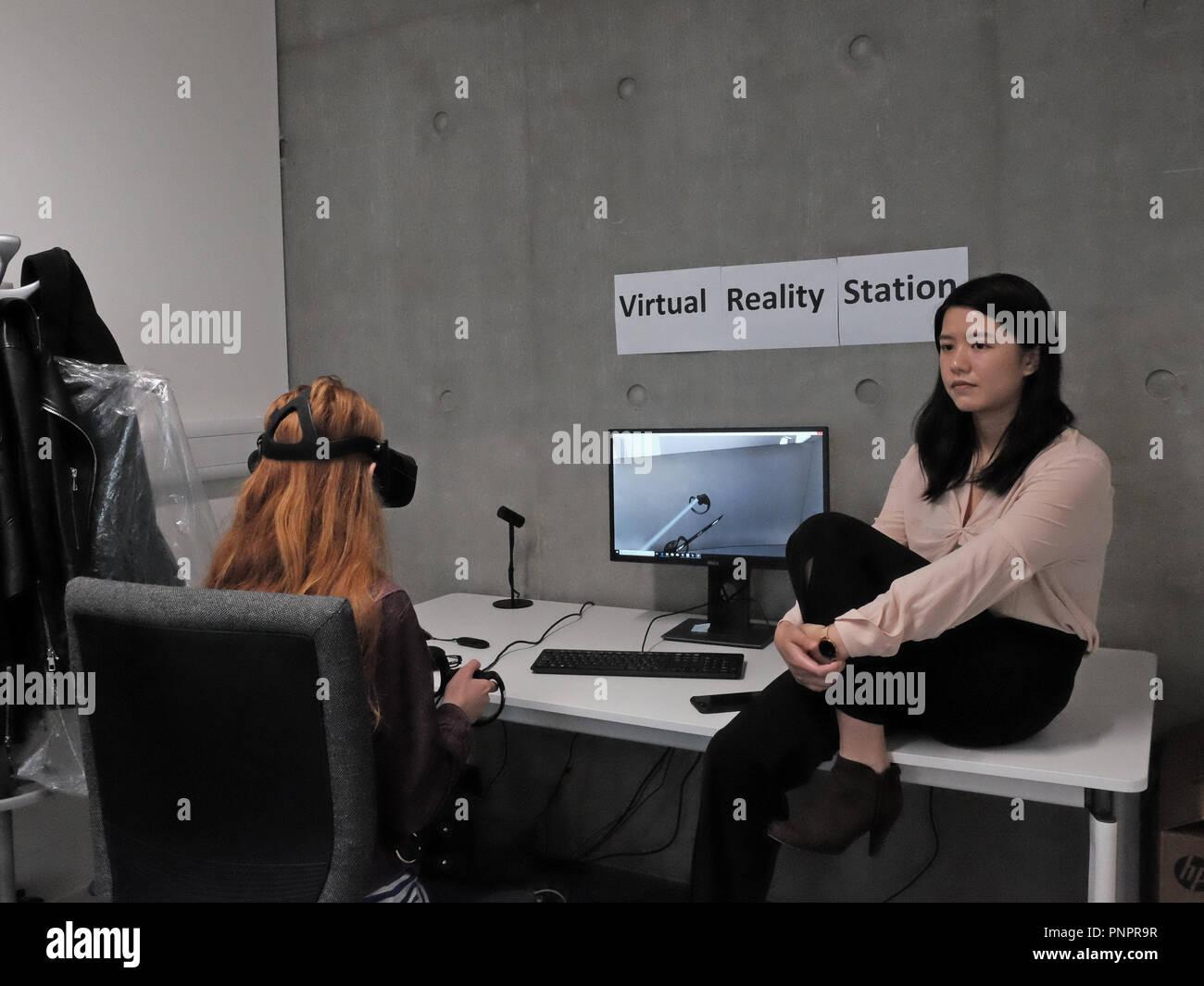 1 la vecchia strada cantiere, Old Street, Londra, Inghilterra. 22 Sett. 2018 un visitatore di AKT11 Studio gode di una realtà virtuale di dimostrazione nel corso di Open House London 2018. A collare bianco fabbrica. Credito: Judi Saunders/Alamy Live News Immagini Stock