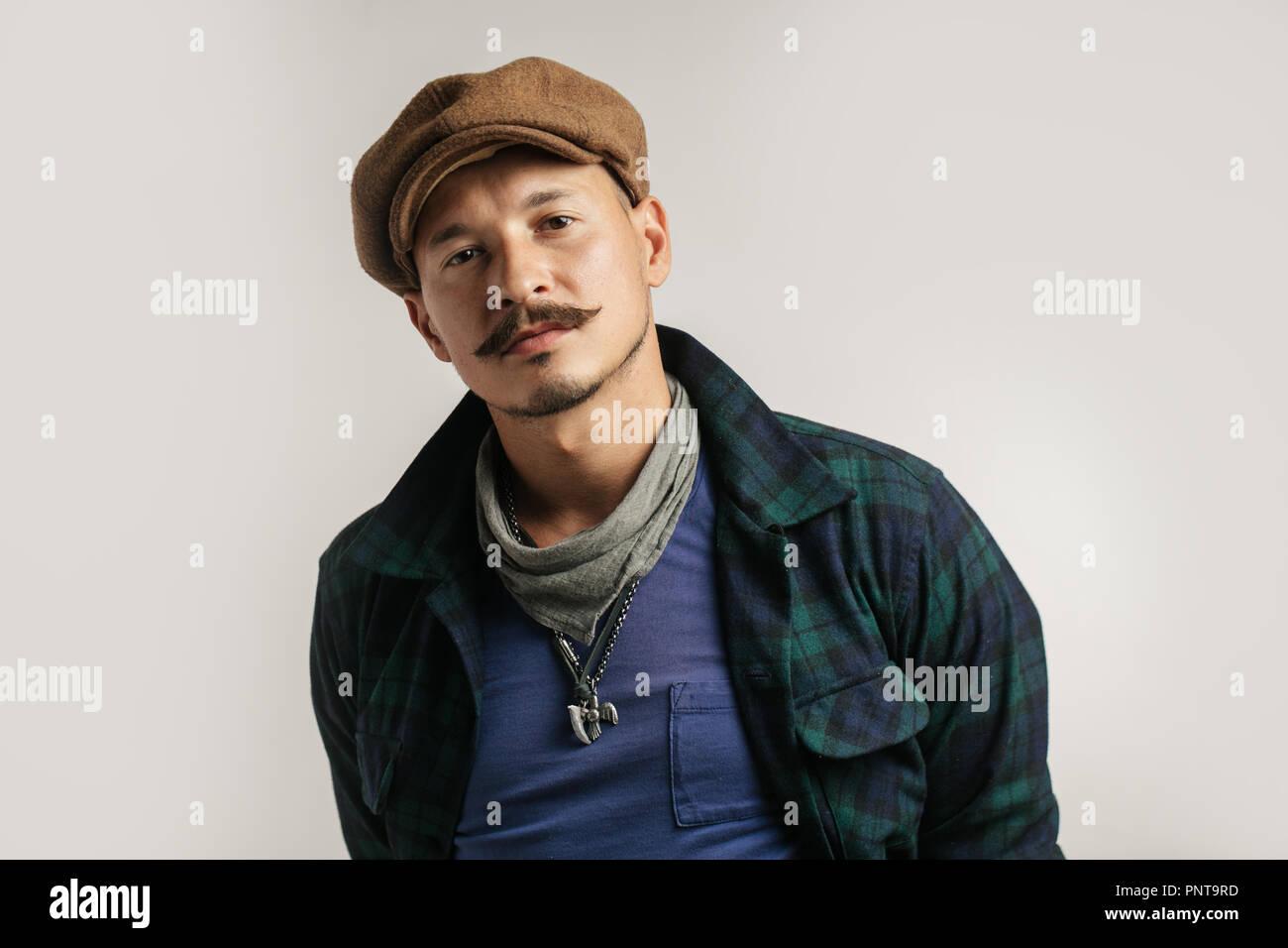 Uomo caucasico con i baffi con dubbio espressione, confondere e concetto di meraviglia. Immagini Stock