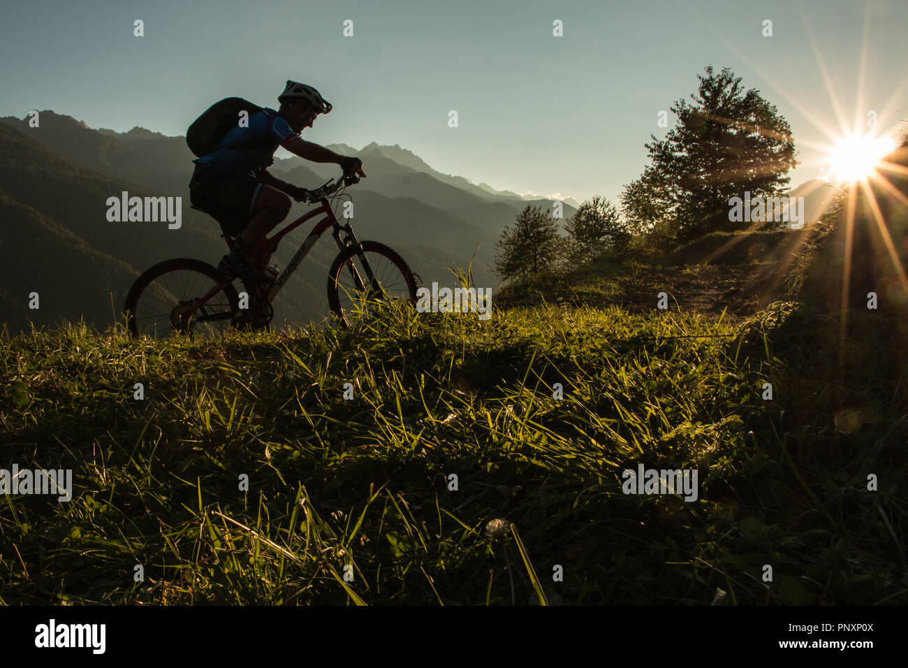 Mountain Biker al tramonto Foto Stock