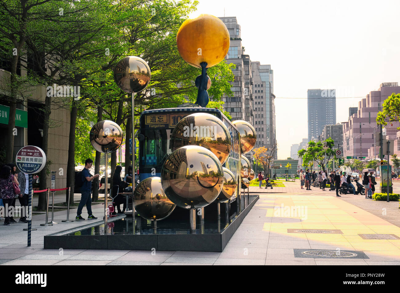 Il 1 aprile 2018. Taipei, Taiwan. A Taiwan i turisti si sono schierate per immettere il 100 Luna attrazione di autobus nella città di Taipei, Taiwan. Immagini Stock