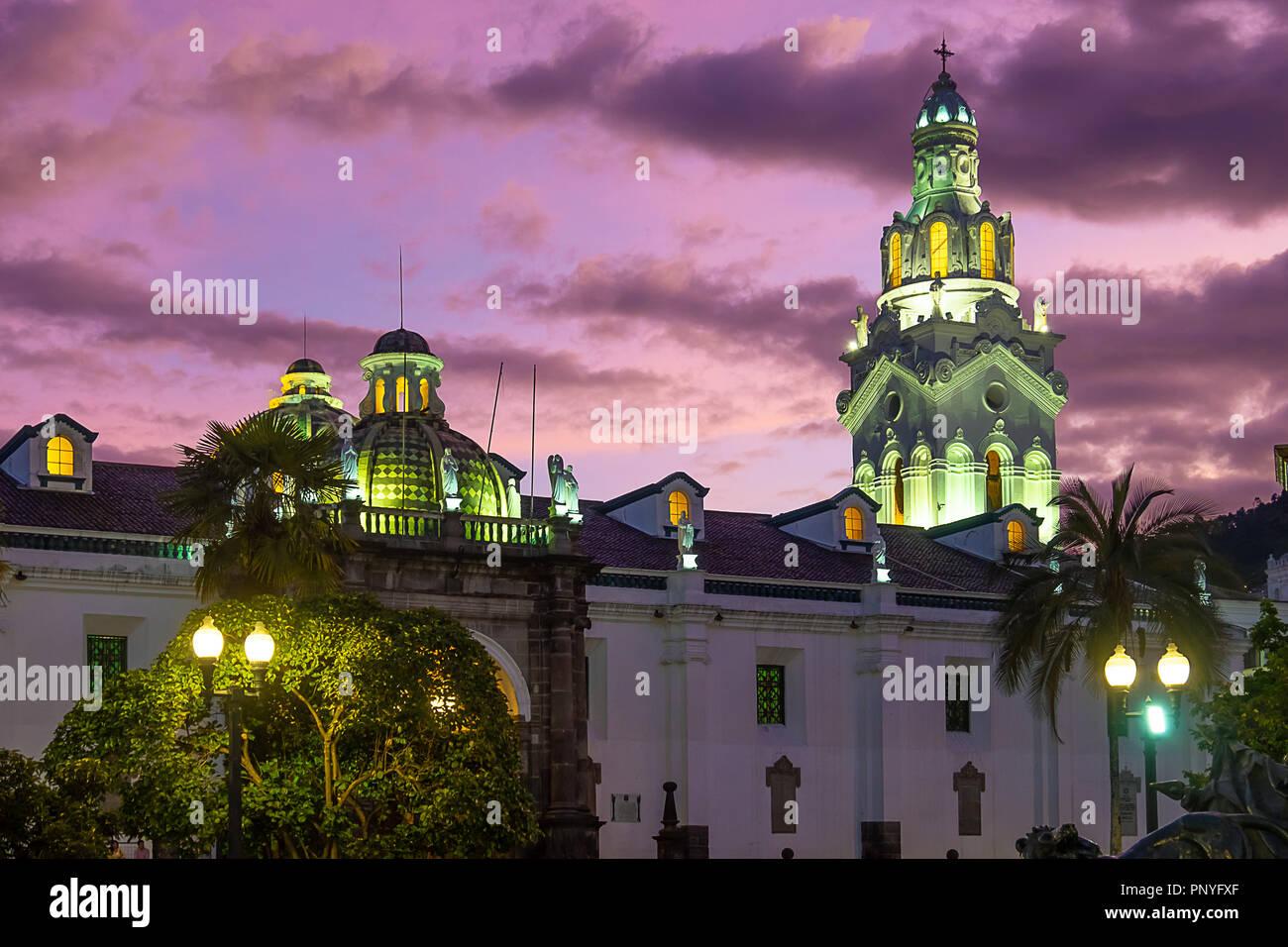 Tramonto su La Cattedrale Metropolitana di Quito Immagini Stock