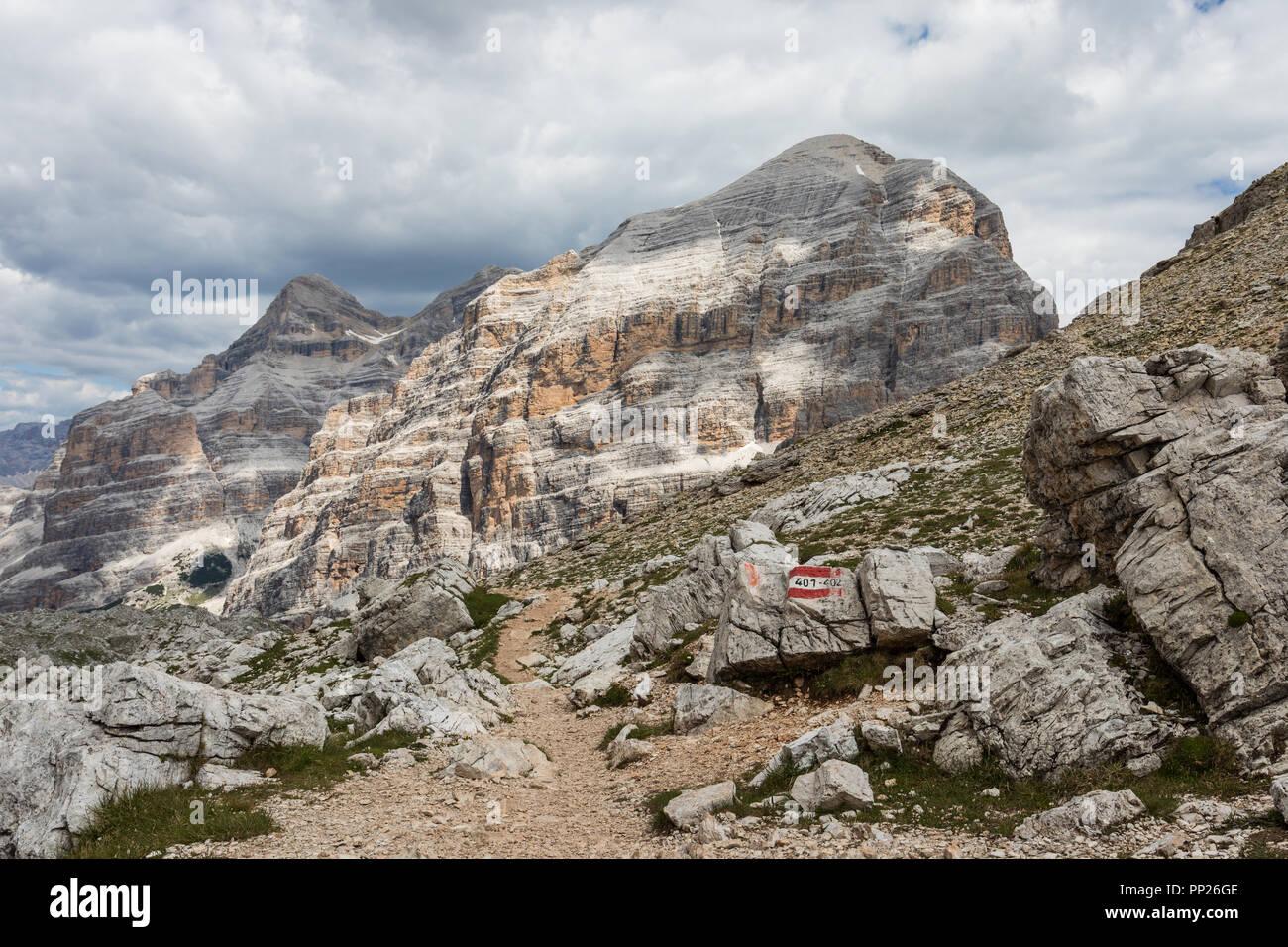 Le Tofane gruppo di montagna nelle Dolomiti, Italia. Vista dalla Forcella Travenanzes Immagini Stock