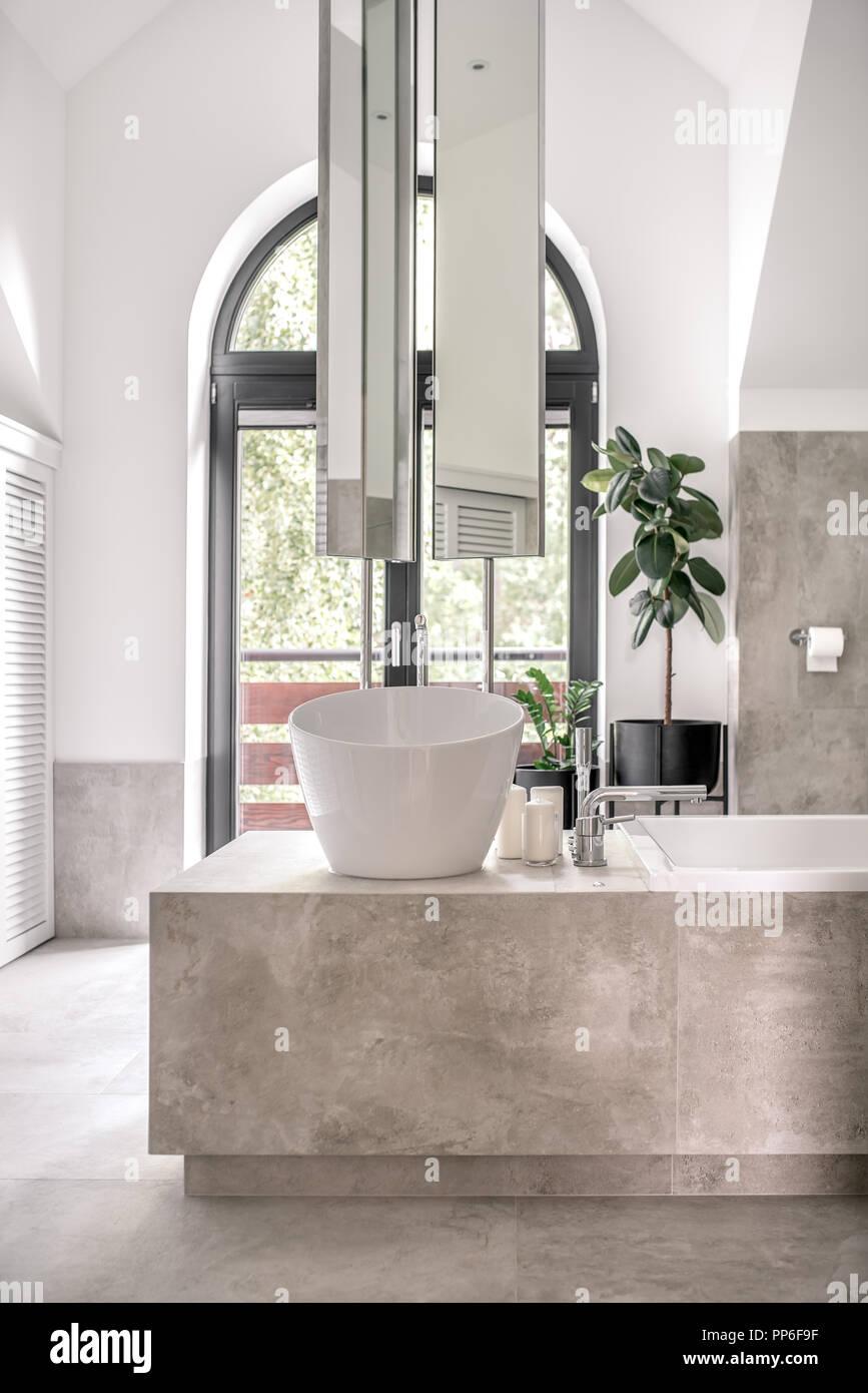 Voglia di bagno moderno con bianco rivestito di piastrelle e pareti di colore grigio vi una - Bagno arancione e bianco ...