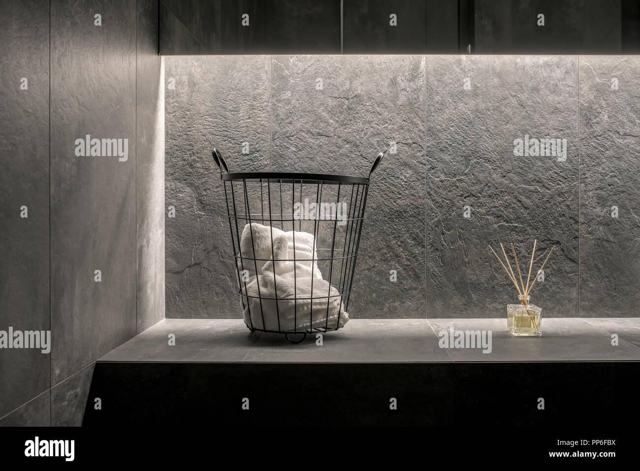Illuminata moderno bagno con piastrelle grigio testurizzato pareti