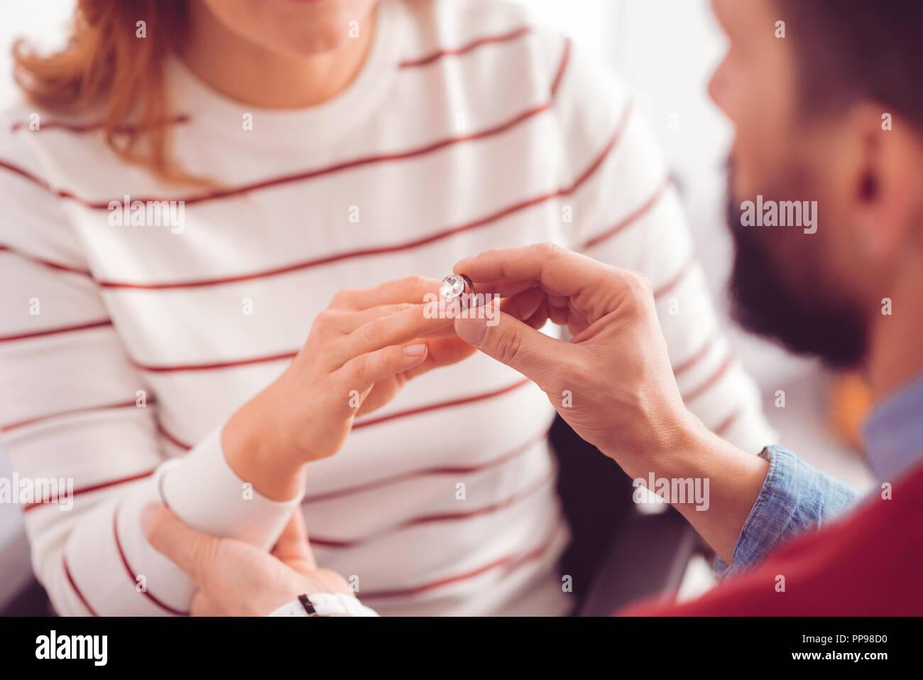 Close up anello di fidanzamento sul dito Immagini Stock