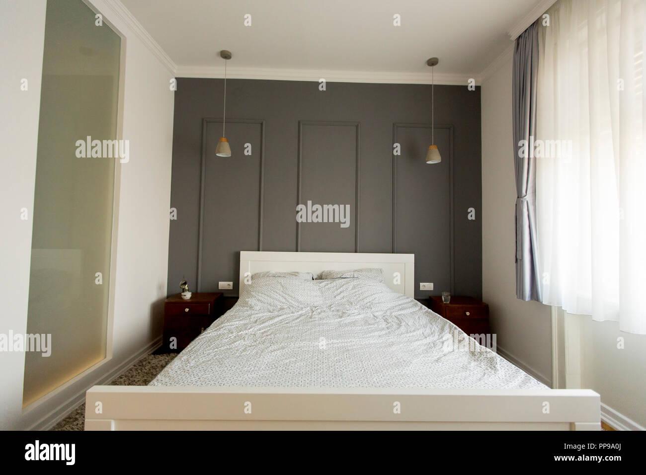 Interni Casa Grigio : Interno di colore bianco e grigio accogliente camera da letto