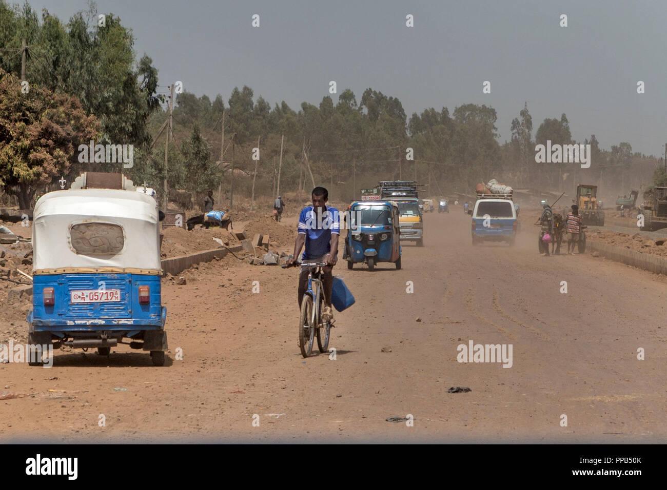 Polverosa pista sterrata dal blu Nilo A Bahir Dar, Etiopia - nuova costruzione di strade con vari mezzi di trasporto Immagini Stock