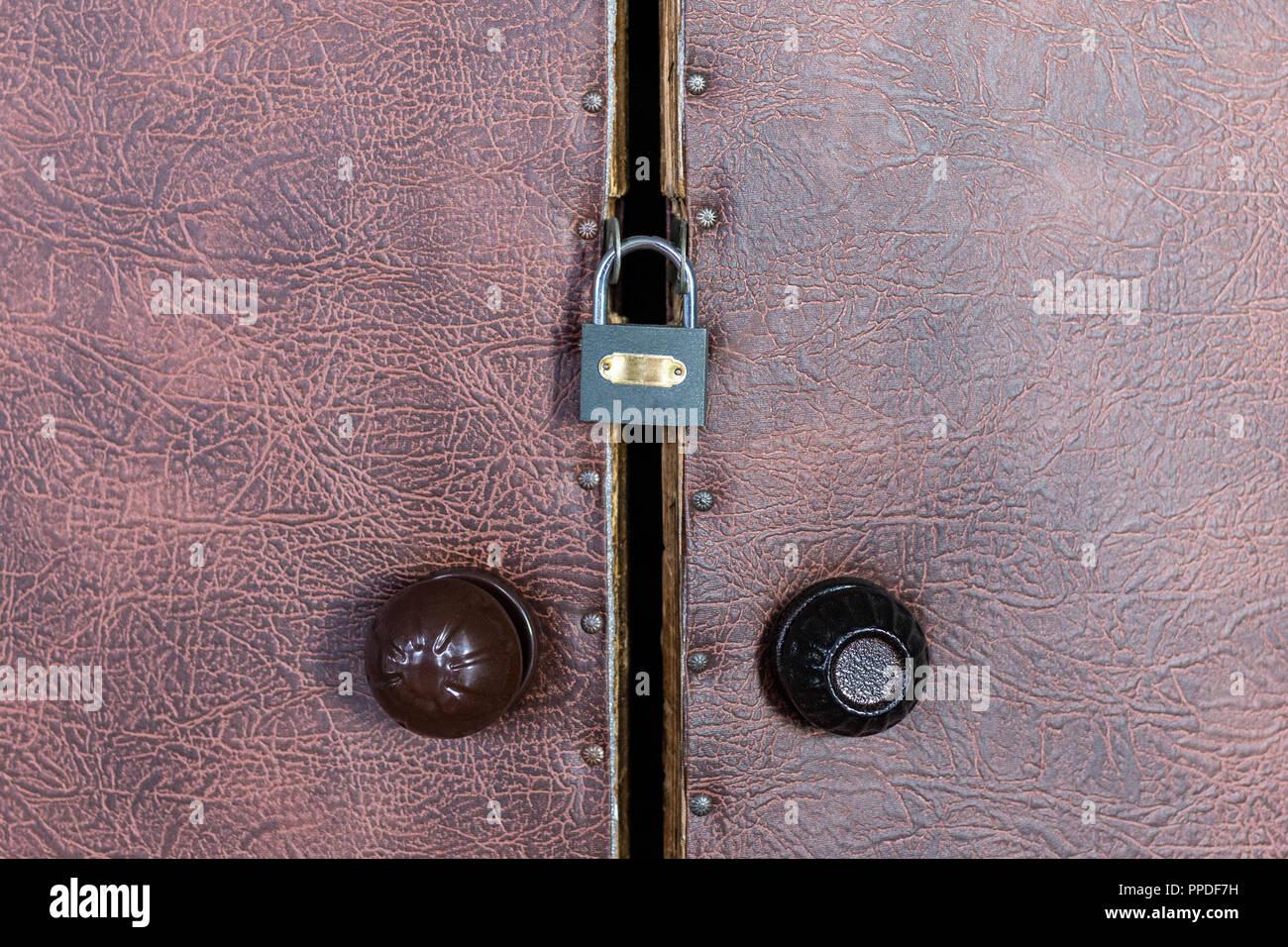 Lucchetto Chiuso Sulla Vecchia Porta Vintage Con Rotonda In Plastica