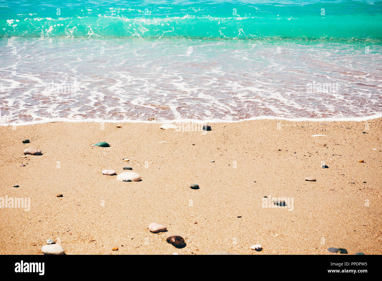Il turchese del mare con una spiaggia tropicale. Costa del mare in estate, vacanze attive in Paradise Resort, concetto di stile di vita di viaggio. Immagini Stock