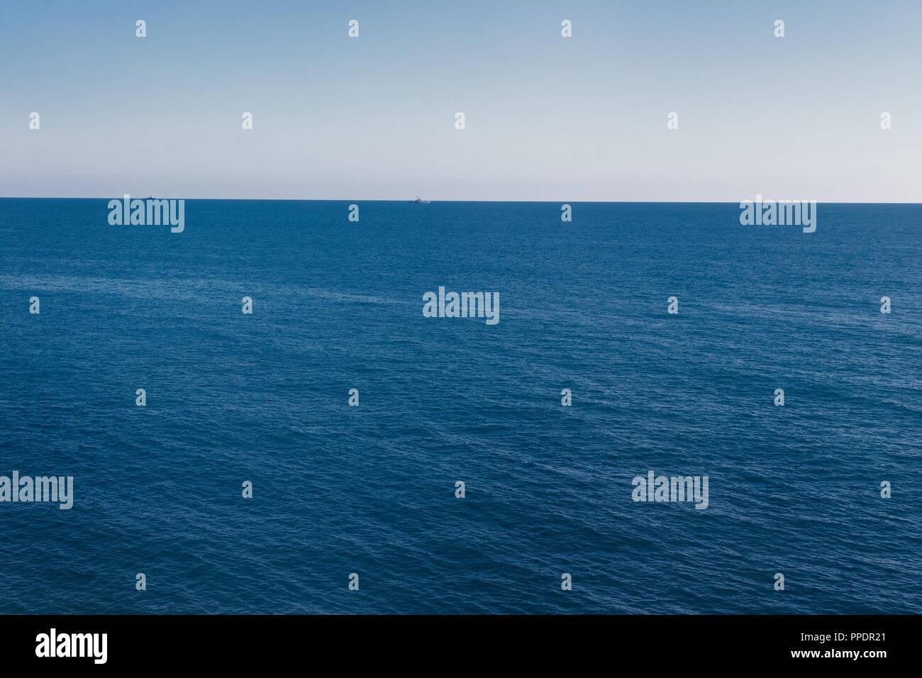 Il turquise mare con una spiaggia tropicale. Costa del mare in estate. Immagini Stock