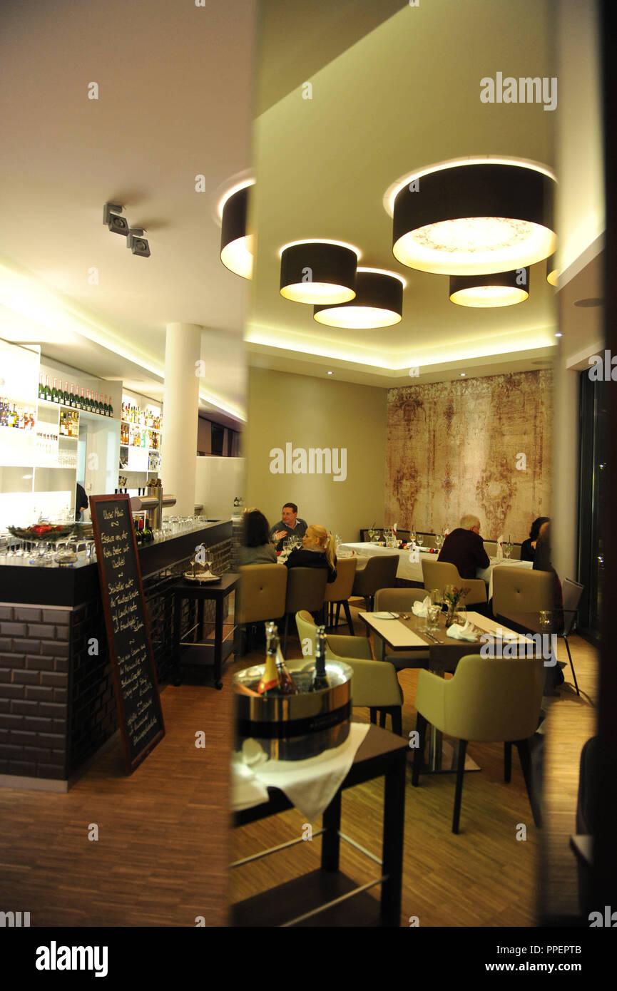 """Gli ospiti presso il ristorante """"essenza"""" nella Gottfried-Keller-Straße 35, dietro la stazione di Pasing, Monaco di Baviera, Germania Immagini Stock"""
