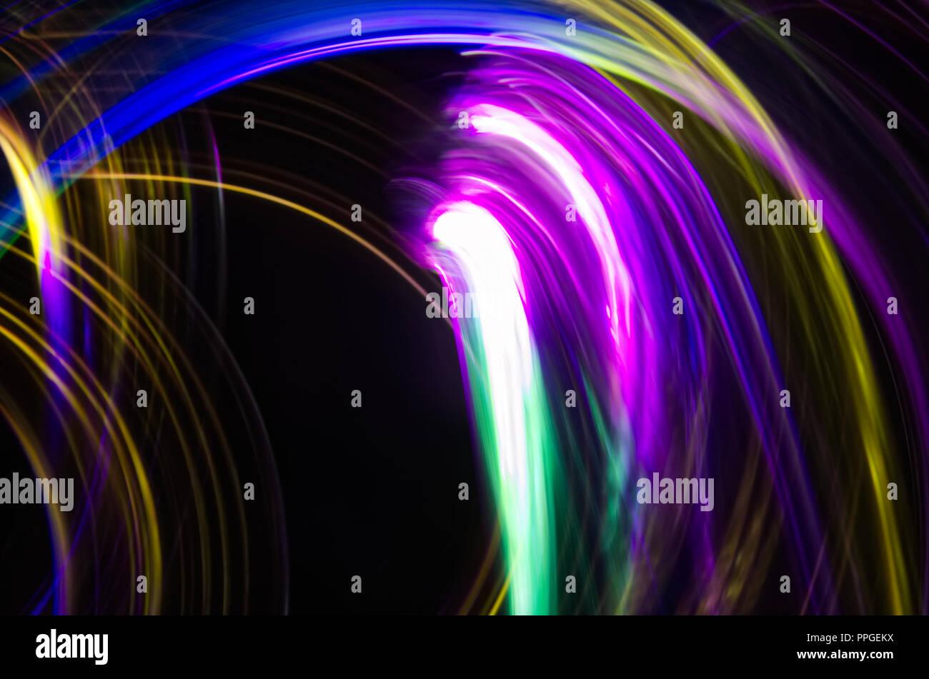 Sfondo astratto buona per un annuncio piuttosto turbinii di luce, in colori luminosi. Effetto Neon. Immagini Stock