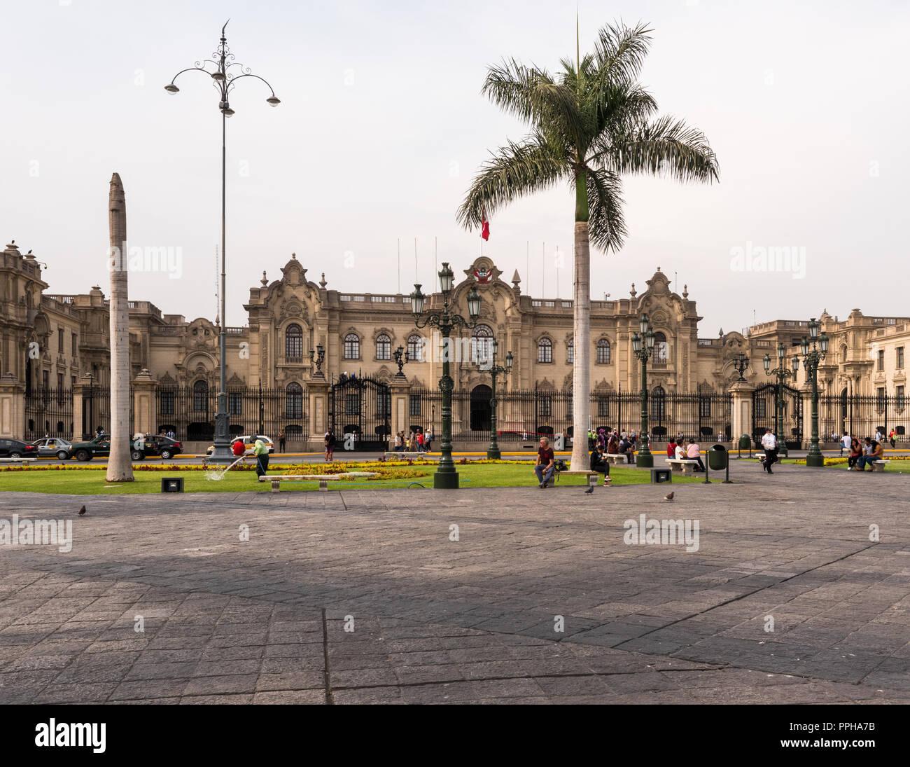 Lima, Perù--Aprile 12, 2018. Turisti e residenti a piedi nella Plaza Mayor di fronte al palazzo presidenziale di Lima, Perù. Immagini Stock