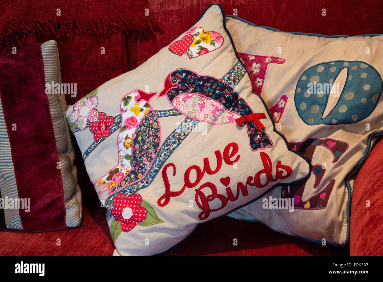 Fatto a mano arte popolare cuscini stile di lavoro appliqué e