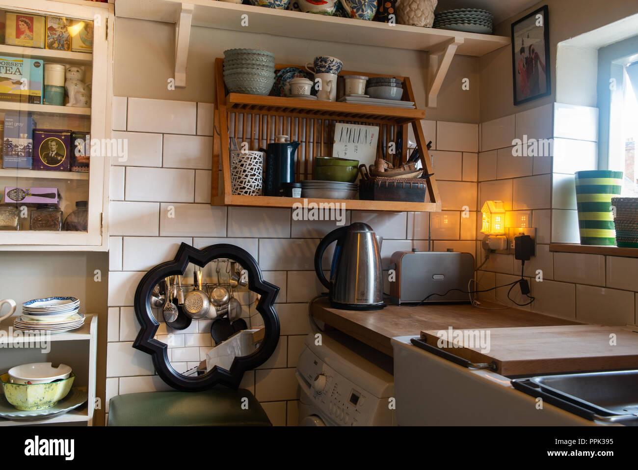 Vecchia cucina in stile vintage con utensili da cucina, dissipatore ...