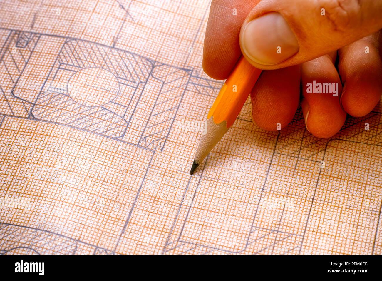 Persona mano con matita e disegno tecnico. Close-up. Immagini Stock