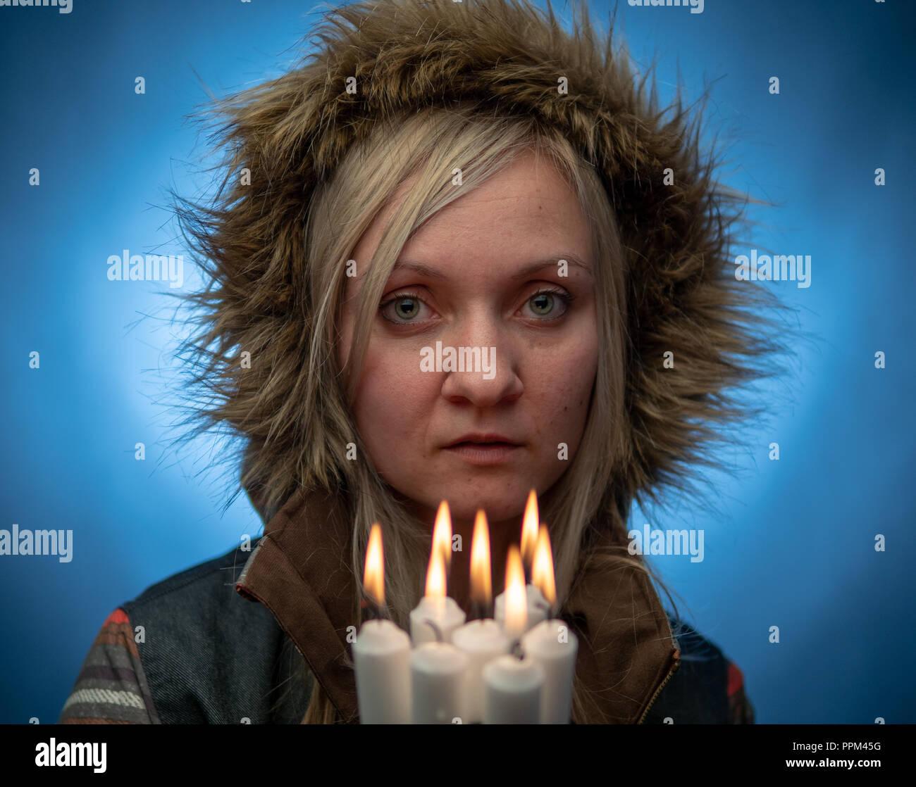 Naturalmente bella donna millenario in inverno abiti, siri cosplay Foto Stock