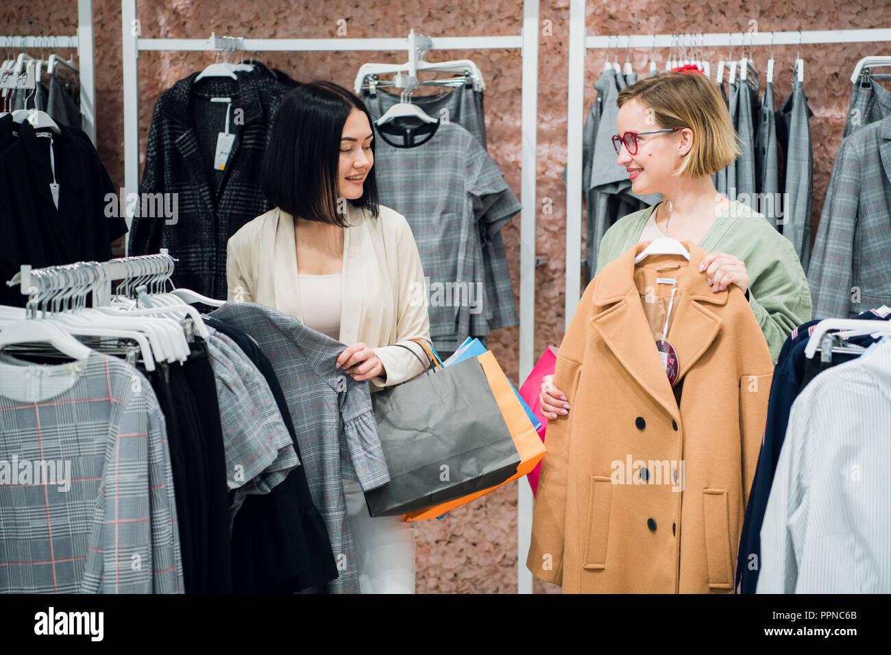 new product e2094 67307 Consulente di vendita aiutando sceglie i vestiti per il ...