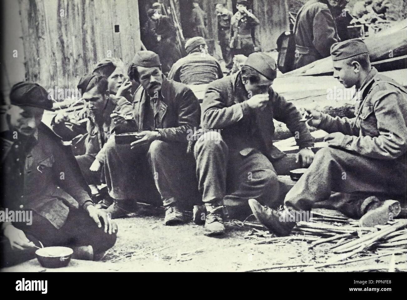 Borci 14. divizije jejo močnik v neki hrvaški vasi. Immagini Stock