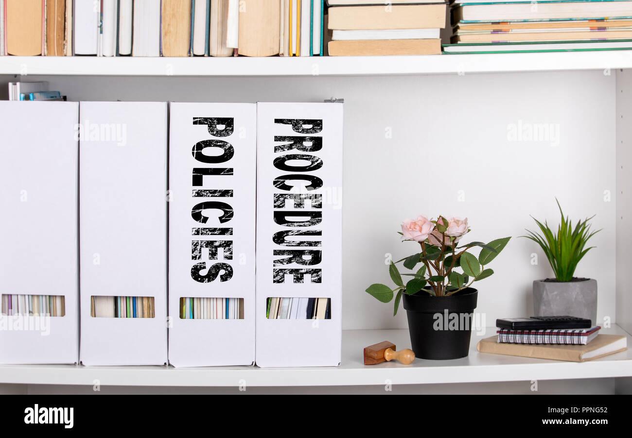 Le politiche e le procedure del concetto. Le cartelle dei documenti e gli organizzatori Foto Stock