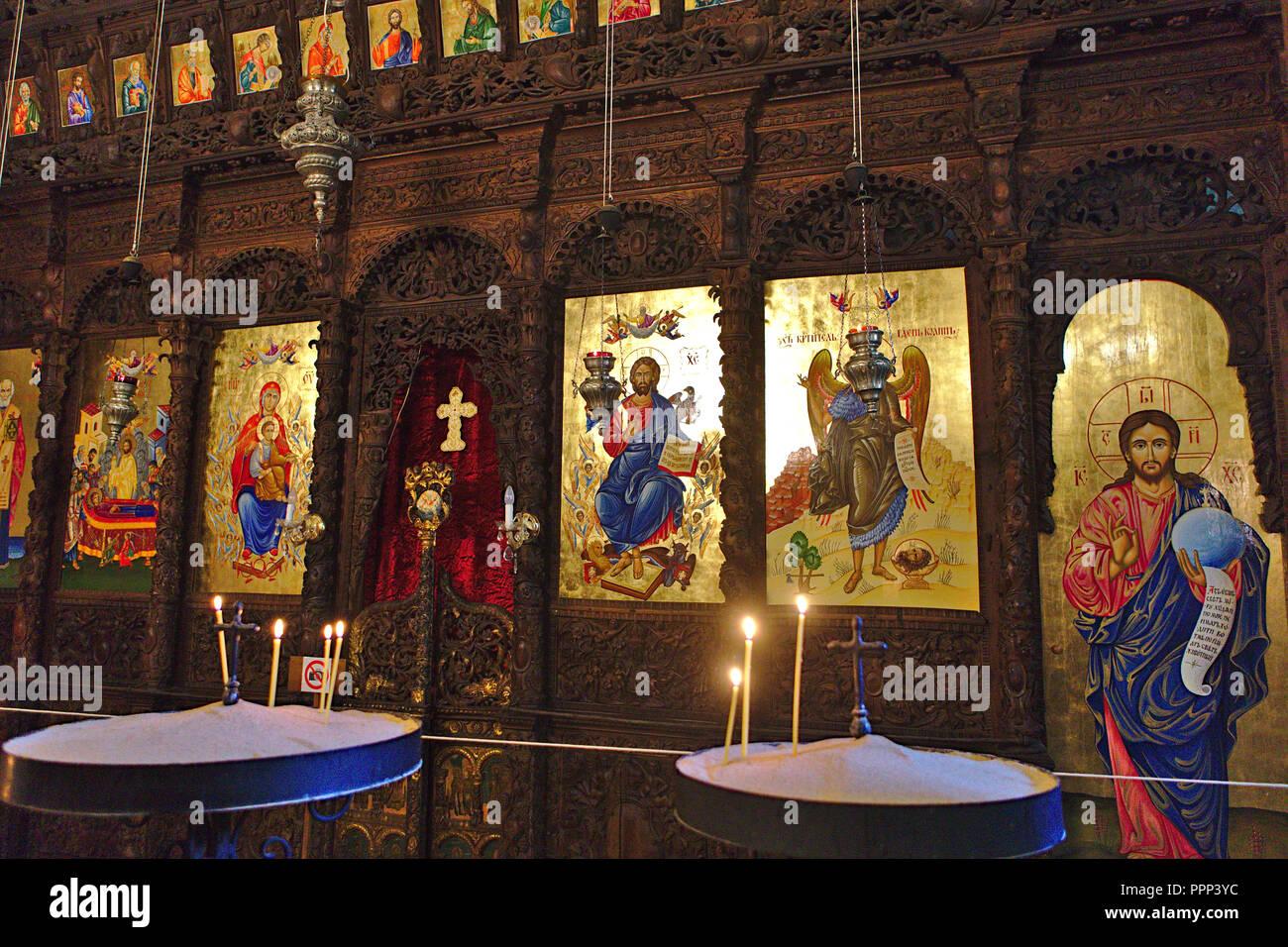 Vista ricca di dipinti e incisioni in legno all interno della chiesa Immagini Stock