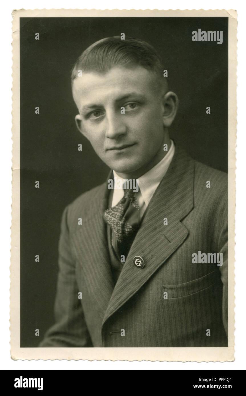 German Historical foto: Ritratto di un uomo di mezza età in un vestito e cravatta con un NSDAP stati badge con una croce uncinata sul suo bavero, Germania, Terzo Reich Immagini Stock