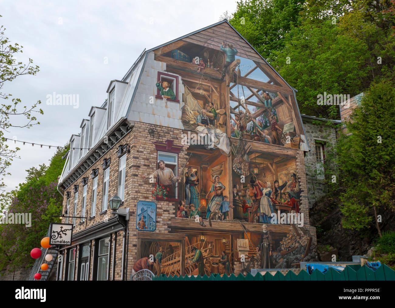 Fresque du Petit-Champlain - un murale dipinto sul lato di un edificio lungo la Rue du Petit Champlain, raffiguranti le pietre miliari nella storia della Cap-Blanc Foto Stock