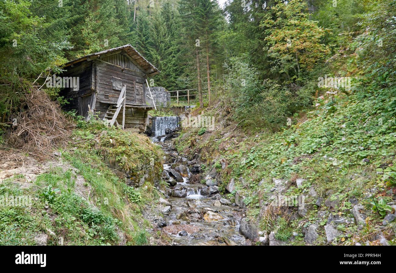 Mulino ad acqua abbandonato sul flusso Golsbach - Innerberg (Monte di Dentro) sopra Sesto Moso (Sesto Moso), Sesto Dolomiti, Italia Immagini Stock