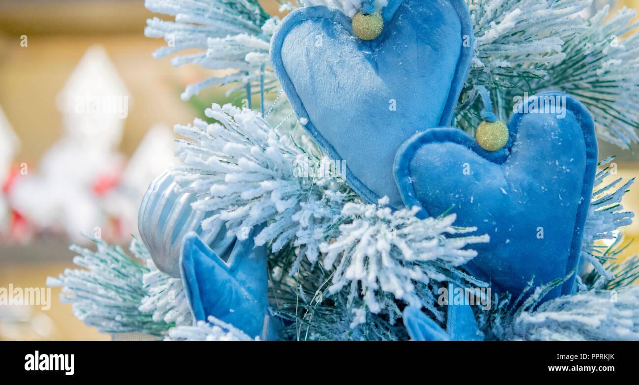 Decorazioni Albero Di Natale Blu : Decorative coperte di neve albero di natale decorato con una