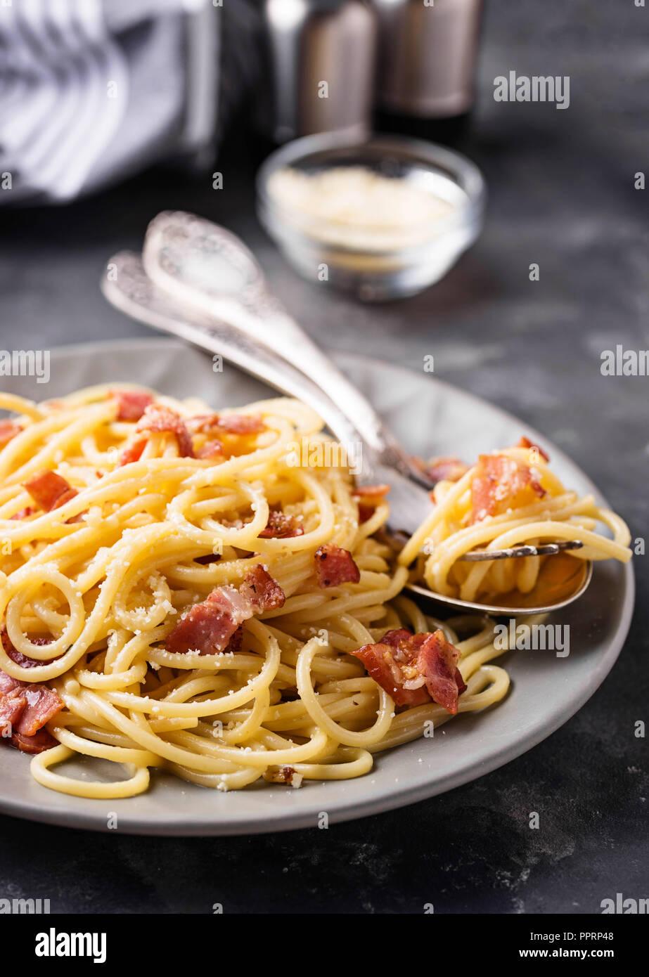 La pasta alla carbonara con pancetta e formaggio parmigiano Immagini Stock