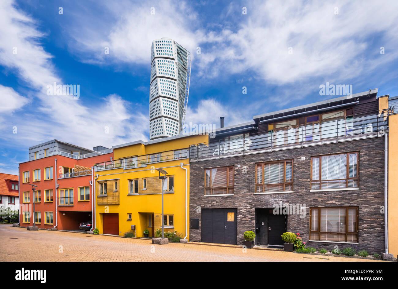 Architettura innovativa nel quartiere di Västra Hamnen (Western Harbour) contro lo sfondo della neo-Futurista grattacielo residenziale 'i turni Immagini Stock