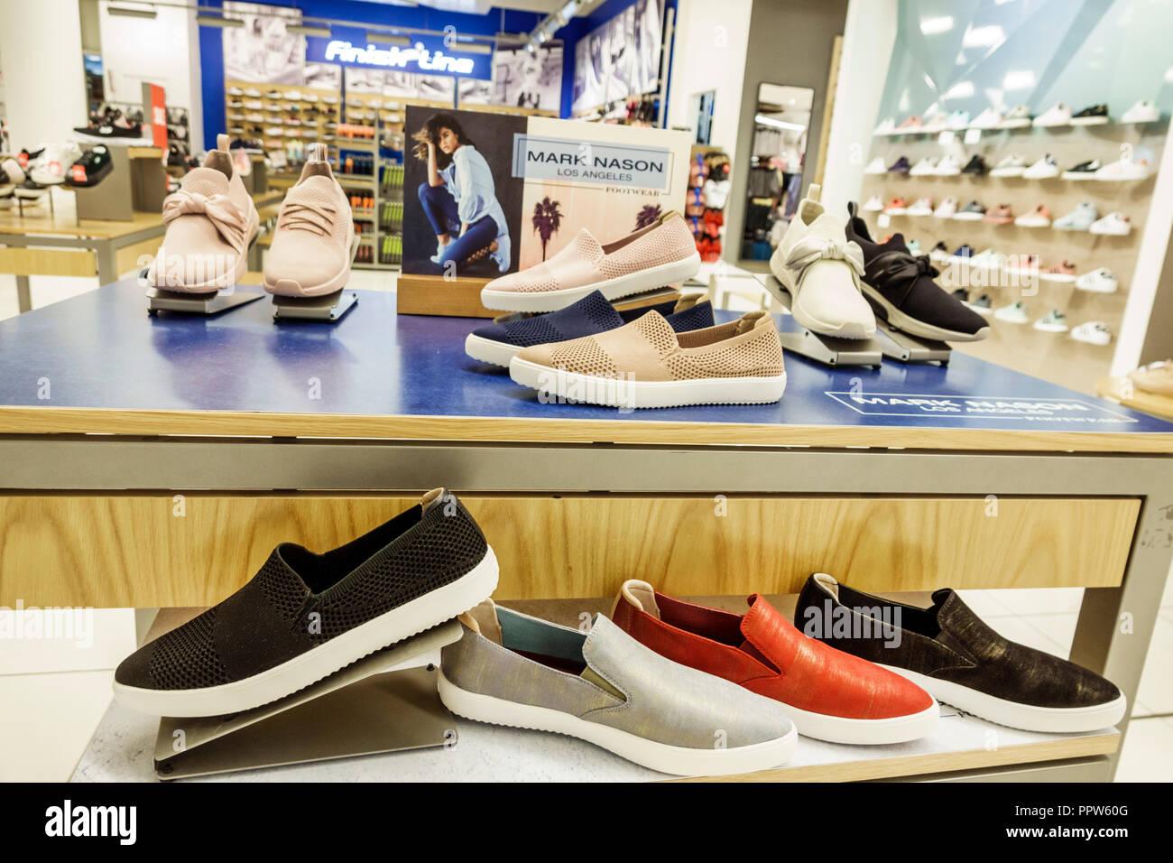 1ad4fe29929a8 Miami Florida Kendall Dadeland Mall Shopping Magazzino Macy s display  interno vendita Mark Nason scarpe donna sneakers