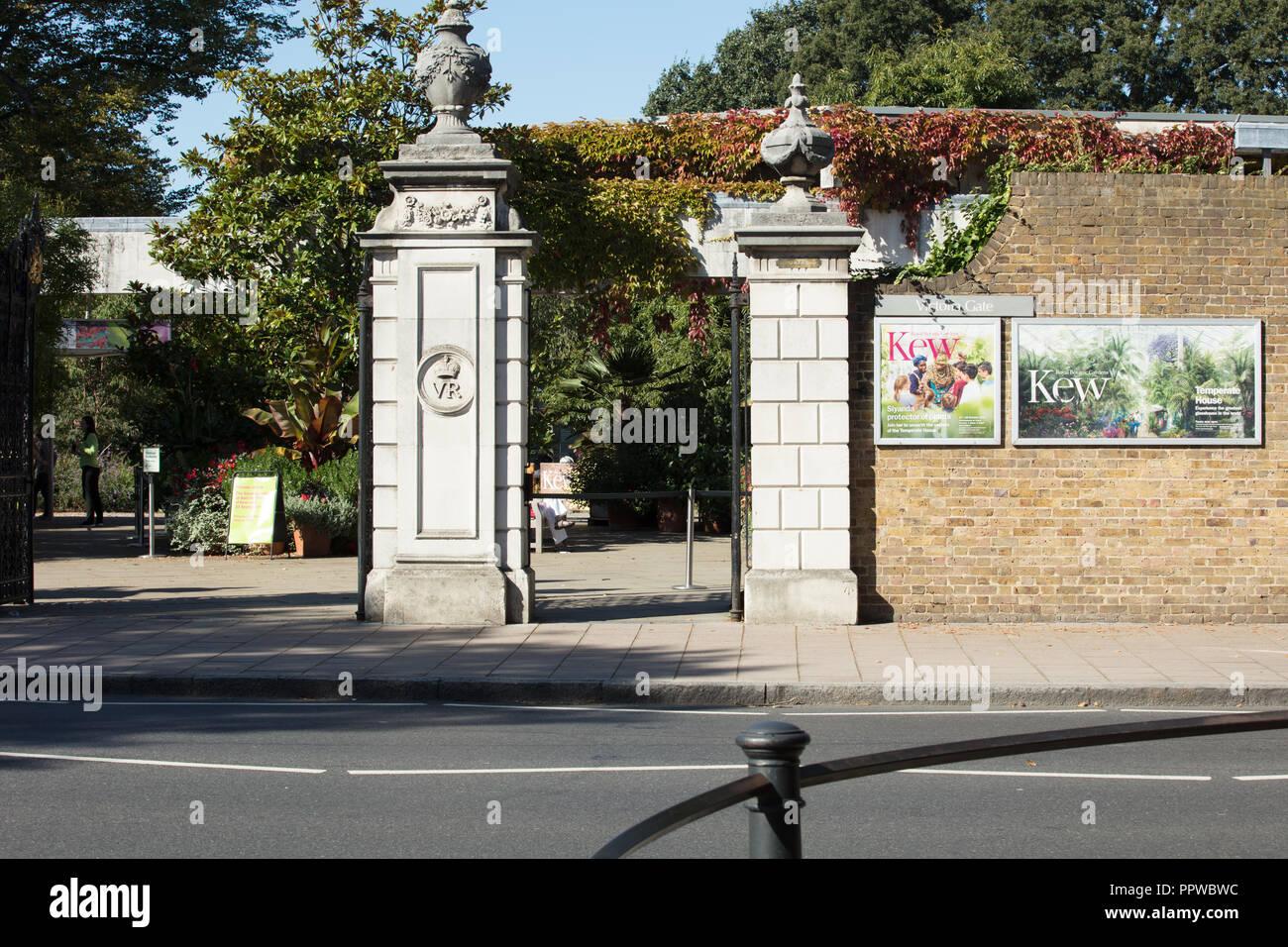 Royal Botanic Gardens di Kew, Richmond, Londra, Regno Unito, storico Victoria Gate dal 1889 vicino a Kew stazione della metropolitana, estate piante visualizzati in pentole. Foto Stock