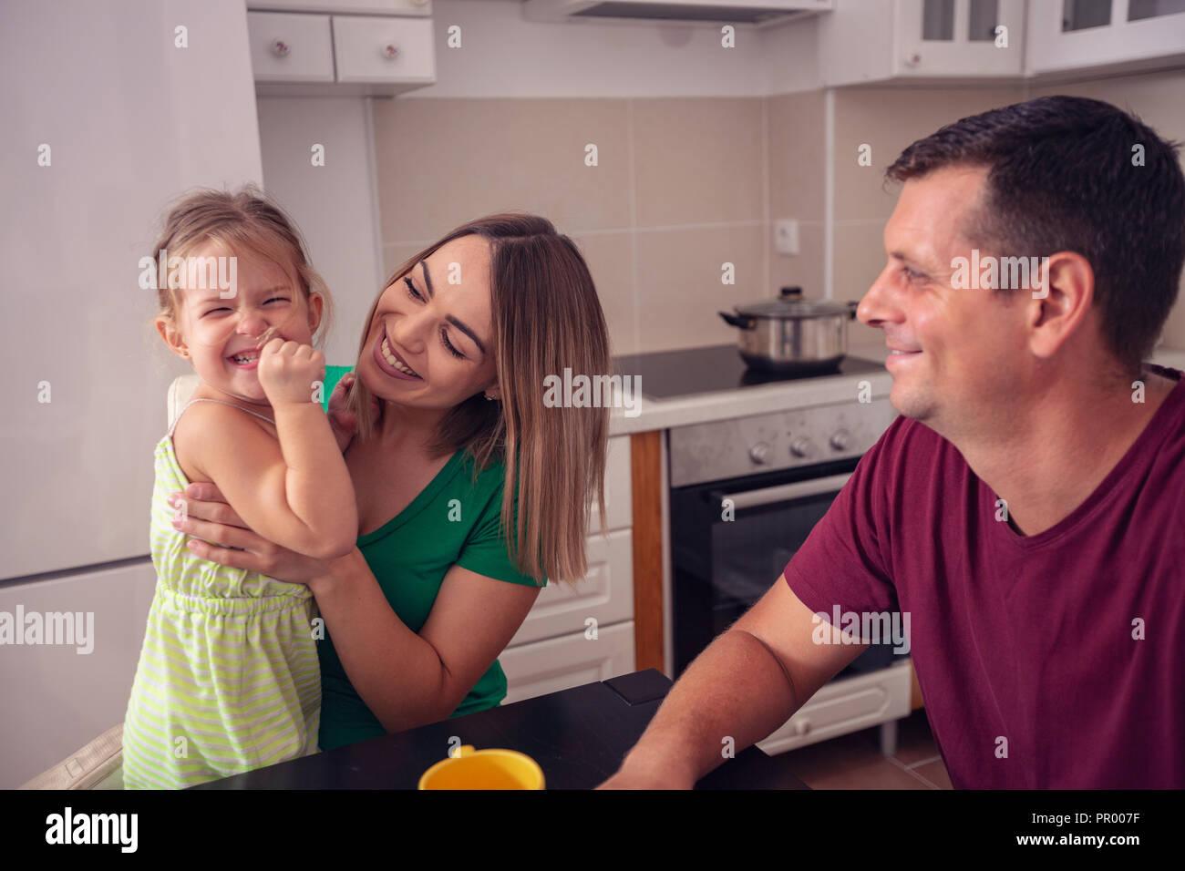 La famiglia felice avente tempi di divertimento a casa insieme Foto Stock