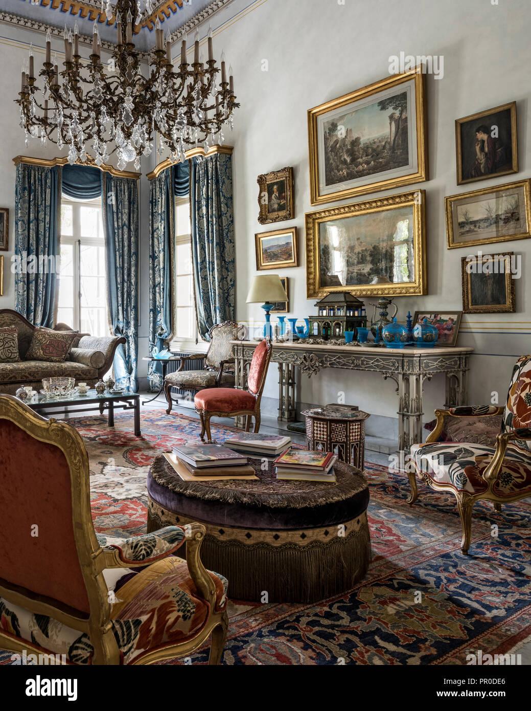 1900s design Zeigler rug, Francese di seta tendaggi damascati e mobili antichi con cornice dorata di opere d'arte Immagini Stock