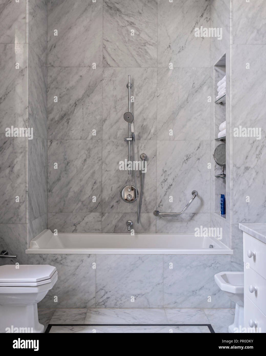 Bagno Moderno Con Il Grigio E Piastrelle Di Marmo Bianco Foto