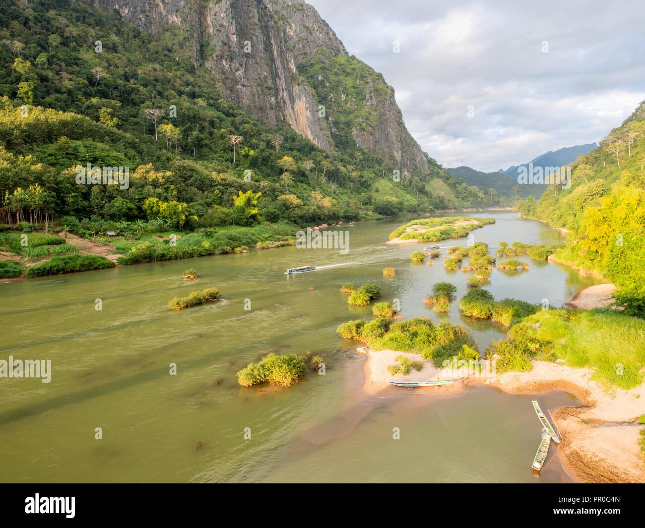 Vista sulle montagne e il fiume Nam Ou Nong Khiaw, Laos, Indocina, Asia sud-orientale, Asia Immagini Stock