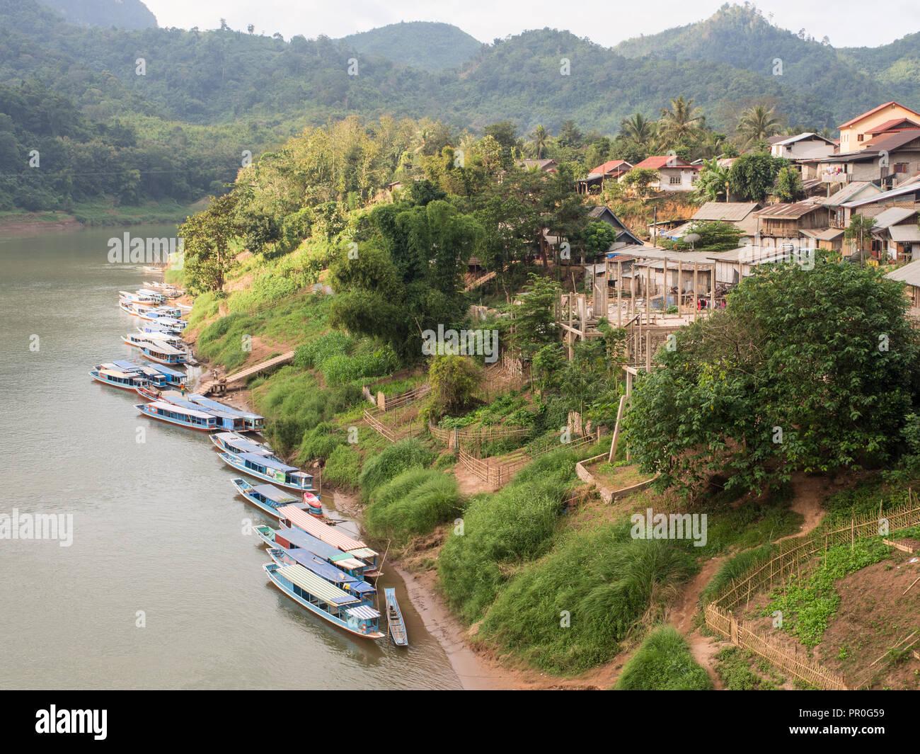 Riverboats sul fiume Nam Ou Nong Khiaw, Laos, Indocina, Asia sud-orientale, Asia Immagini Stock