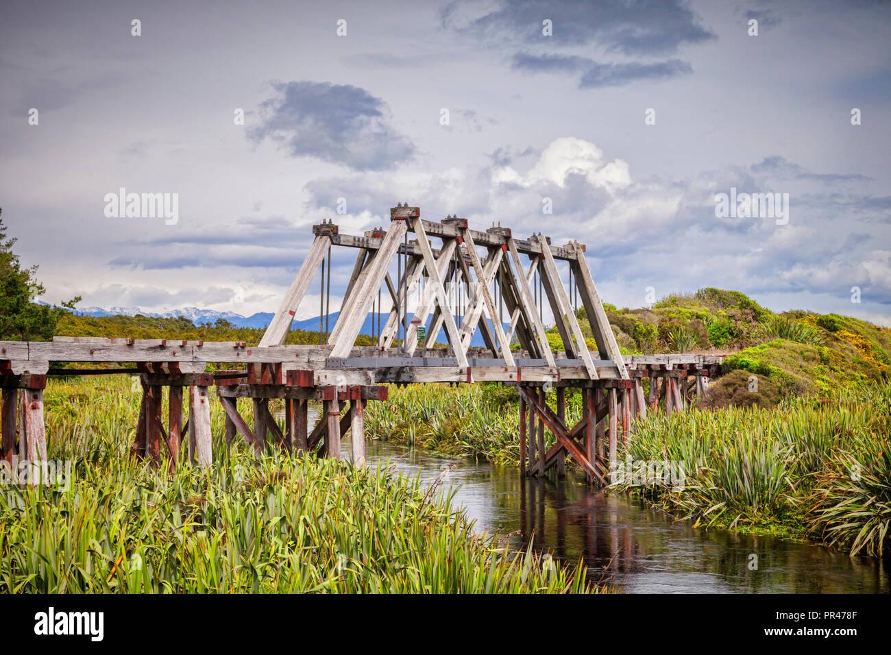 Il legno in disuso Railway Bridge crossing Mahinapua Creek vicino a Hokitika sul'Isola Sud della Nuova Zelanda West Coast. Immagini Stock